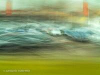 Autohaus aus dem fahrenden Wagen fotografischer Impressionismus, impressionistische Fotografie Slow Speed