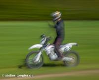 Stabilisierung des Motorrades mit den Knien beim freihändig Fahren