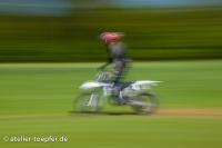 Slow Speed: Motorradfahrer beim Üben im Gelände