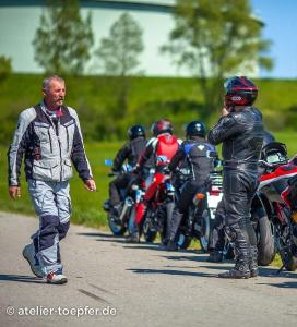 Motorradtrainer Alois Rausch beim Bremstraining