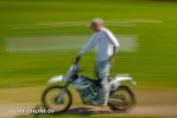 Alois Rausch demonstriert die richtige Haltung beim stehenden Fahren mit einer Hand