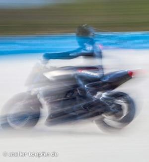 Slowspeed: Trainierender Motorradfahrer im Lederkombi von Dainese