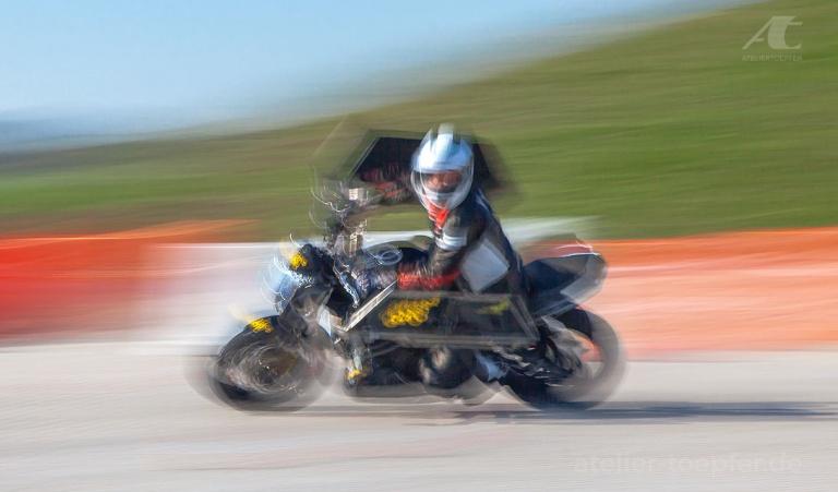 Der Begriff Bewegungsunschärfe hat mit Unschärfe eigentlich nichts zu tun. Dass es sich dabei tatsächlich um das Überlagern unzähliger Doppelbelichtungen in einer einzigen Aufnahme handelt, demonstriere ich anhand meiner Fotos für die Motorrad-Sicherheits-Schule Alois Rausch.