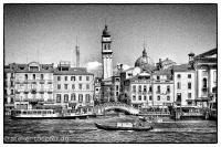 Venedig Highcontrast-Foto Brücke und schiefer Turm