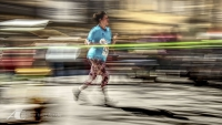 Fotodesign Dame beim Stadtlauf - Langzeitbelichtung