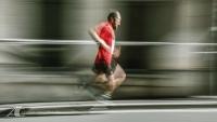 Fotodesign Herr beim Stadtlauf - Langzeitbelichtung
